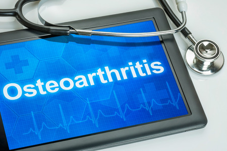 Tablet s diagnózou osteoartrózy na displeji