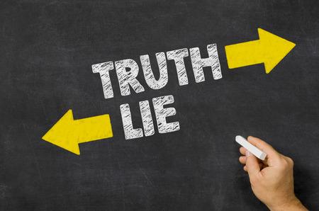 Wahrheit oder Lüge auf einer Tafel Standard-Bild - 39538317