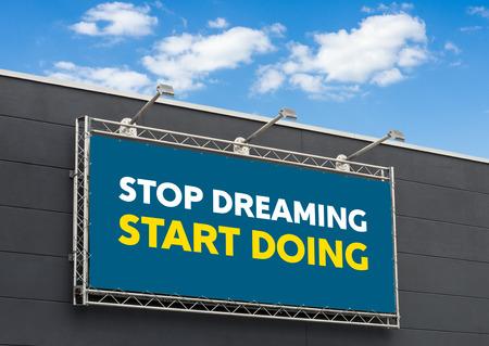 Fin de rêver faisant, écrit sur un panneau d'affichage