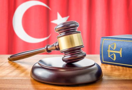justicia: Un martillo y un libro de leyes - Turquía Foto de archivo
