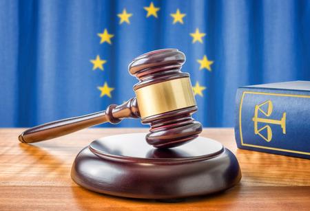 justicia: Un martillo y un libro de la ley - Unión Europea Foto de archivo