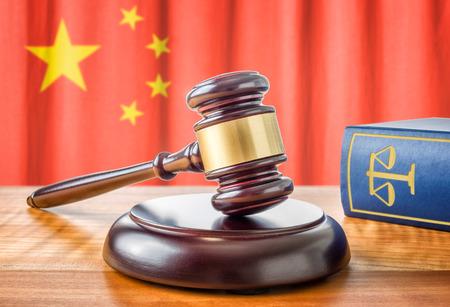 Kladívkem a právní knihy - Čína Reklamní fotografie