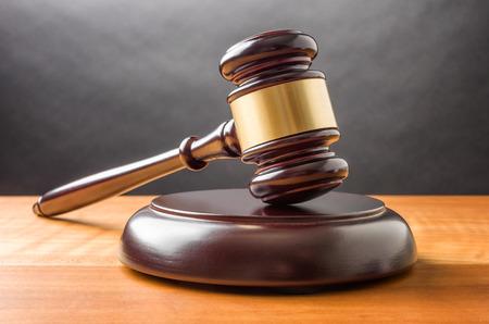 balanza justicia: Un mazo de madera Foto de archivo