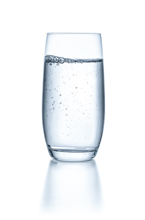 sklo: Sklo s vodou na bílém pozadí