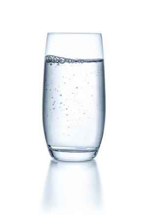 copa de agua: Vaso con agua sobre un fondo blanco