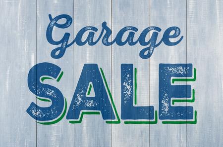 Blauwe houten muur met het opschrift Garage Sale