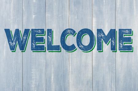 pared madera: Pared de madera azul con la inscripci�n Bienvenido Foto de archivo