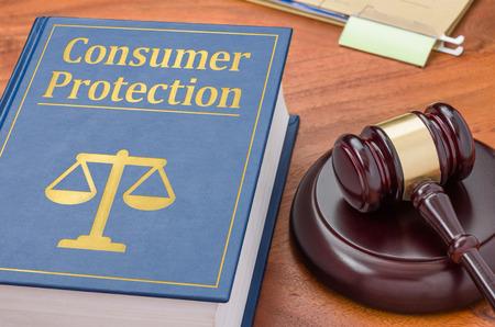 Ein Gesetz, das Buch mit einem Hammer - Verbraucherschutz Standard-Bild