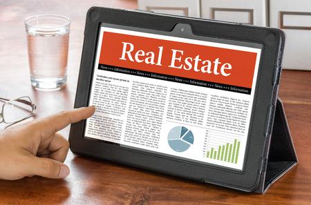 zakelijk: Een tablet-computer op een bureau - Real Estate Stockfoto