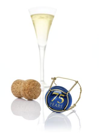 sektglas: Champagne Kappe mit der Aufschrift 75 Jahre