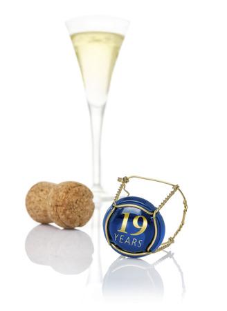 aniversario de boda: tapa de champán con la inscripción de 19 años Foto de archivo