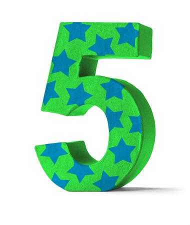 felicitaciones cumpleaÑos: Colorful Número Papel Mache sobre un fondo blanco - Número 5 Foto de archivo