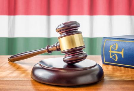 ley: Un martillo y un libro de la ley - Hungr�a