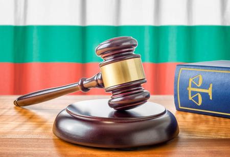 ordenanza: Un martillo y un libro de leyes - Bulgaria Foto de archivo