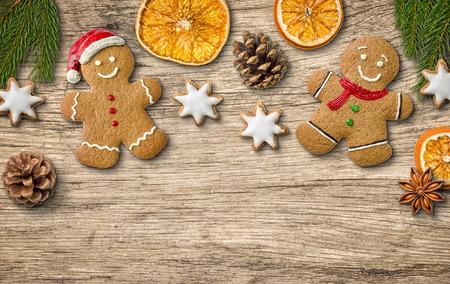 adornos navide�os: Decoraciones de Navidad en un fondo de madera Foto de archivo