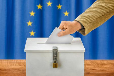Man zetten een stemming in een stemkastje - Europese Unie Stockfoto