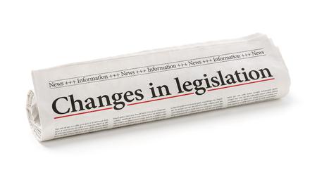 Gerollte Zeitung mit der Schlagzeile Änderungen in der Gesetzgebung
