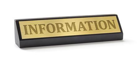 Een naam plaat op een witte achtergrond met de gravure Information