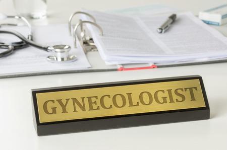 Targhetta su una scrivania con il ginecologo incisione