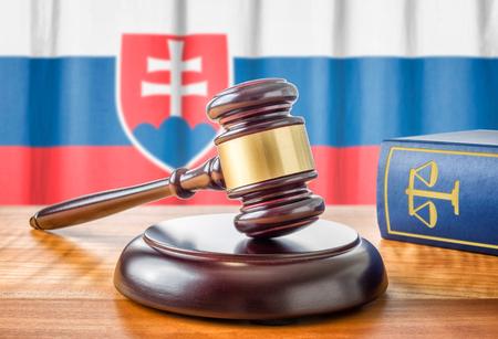 ordenanza: Un martillo y un libro de leyes - Eslovaquia Foto de archivo