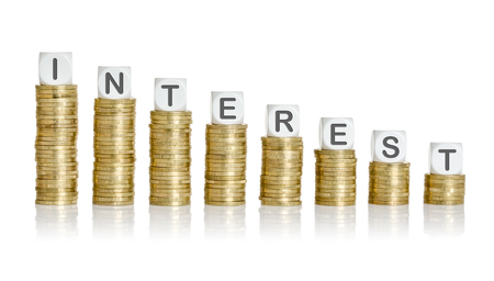 Le pile della moneta con la lettera dice - Interessi