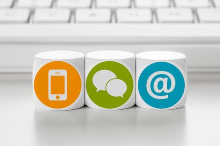 iletişim: bir klavye önünde Mektubu zar - Bize ulaşın
