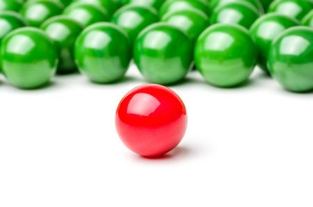 conflictos sociales: Concepto con canicas rojas y verdes - Líder