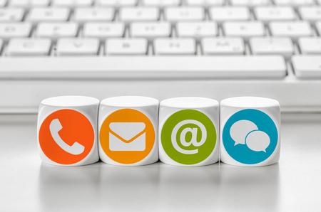 comunicación: dados delante de un teclado de letras - Ponerse en contacto con