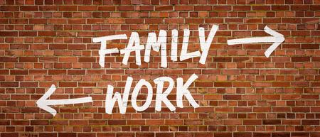 union familiar: La familia o el trabajo escrito en una pared de ladrillo