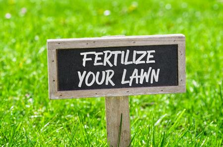 Podepsat na zelený trávník - Hnojení trávníku
