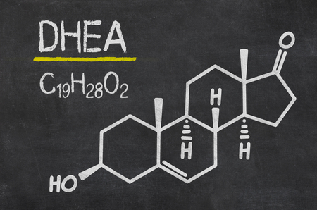 Pizarra con la fórmula química de la DHEA