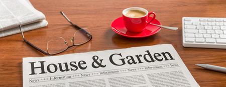 Eine Zeitung auf einem hölzernen Schreibtisch - Haus und Garten