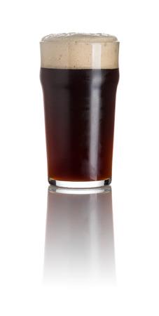 cerveza negra: Stout en un vaso de cerveza en un fondo blanco