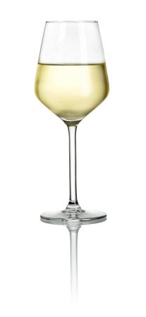 Naplněné bílým sklenice na víno na bílém pozadí