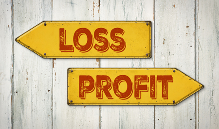 profit or loss: Señales de dirección en una pared de madera - pérdida o ganancia Foto de archivo
