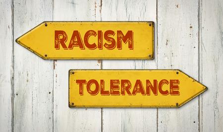 tolerancia: Señales de dirección en una pared de madera - racismo o la Tolerancia