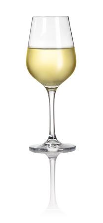 Glas gevuld met witte wijn op een witte achtergrond Stockfoto