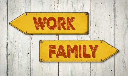 union familiar: Señales de dirección en una pared de madera - trabajo o la familia