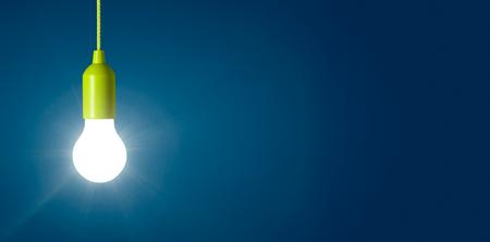 Gloeiende gloeilamp op een blauwe achtergrond Stockfoto