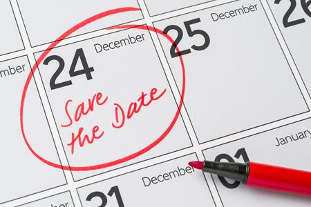calendario diciembre: Ahorre la fecha escrita en un calendario - 24 de diciembre Foto de archivo