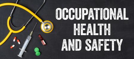 Estetoscopio y productos farmacéuticos en una pizarra - Salud y Seguridad Ocupacional