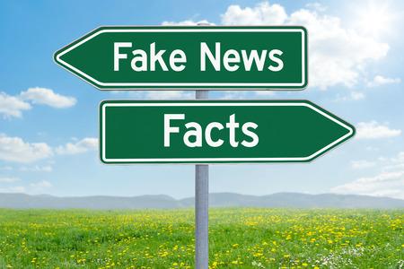 두 개의 녹색 방향 표지 - 가짜 뉴스 또는 사실