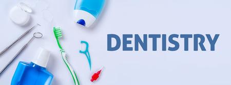 Mundpflegeprodukte auf einem hellen Hintergrund - Zahnheilkunde Standard-Bild - 74119966