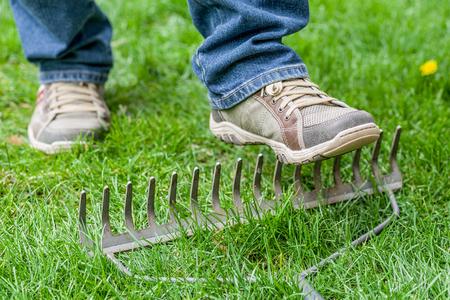 A man stepping accidentally on a rake Stockfoto