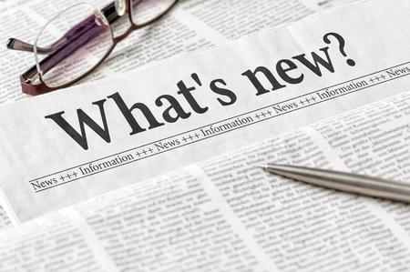 Eine Zeitung mit der Schlagzeile Was ist neu Standard-Bild