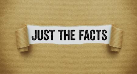 Papier brun déchiré révélant les mots Juste les faits