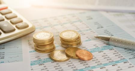 Monety euro na dokumentach z kalkulatorem
