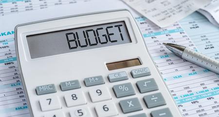 Una calculadora con la palabra Presupuesto en la pantalla. Foto de archivo