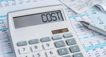 Una calculadora con la palabra Costo en la pantalla.