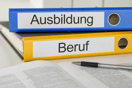 Cartelle con l'etichetta tedesca Ausbildung und Beruf - Formazione e occupazione Archivio Fotografico